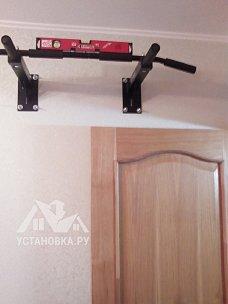 Навесить турник на стену в квартире