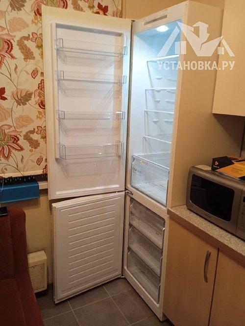 Установить холодильник и перенавесить на нём двери