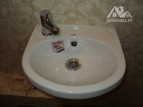 Установить подвесную раковину в ванной