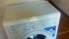 Установить на кухне на готовые коммуникации отдельностоящую стиральную машину Indesit