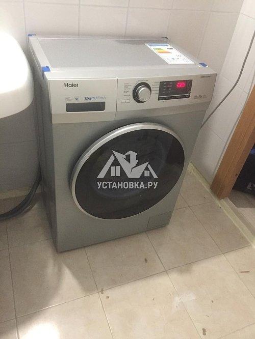 Установить отдельно стоящую стиральную машину Хайер в ванной комнате в новостройке