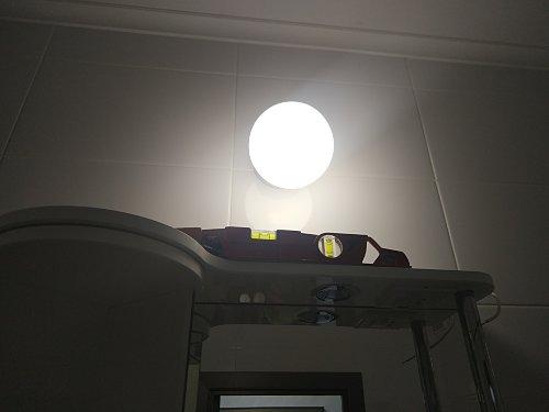 Навесить два шкафчика с зеркалом в ванной комнате