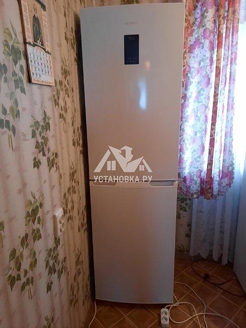 Установка отдельно стоящего холодильника на кухне