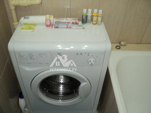 Устранить причину запаха канализации в ванной