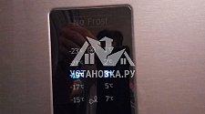 Перевесить двери с электронным дисплеем на отдельно стоящем холодильнике Samsung