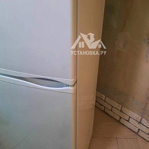 Установить отдельно стоящий холодильник
