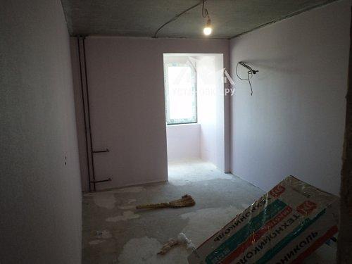 Работа по наклейке флизелиновых обоев на стены