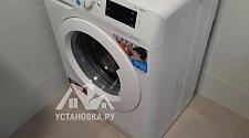 Установить отдельно стоящую стиральную машину Индезит в ванной комнате в новостройке